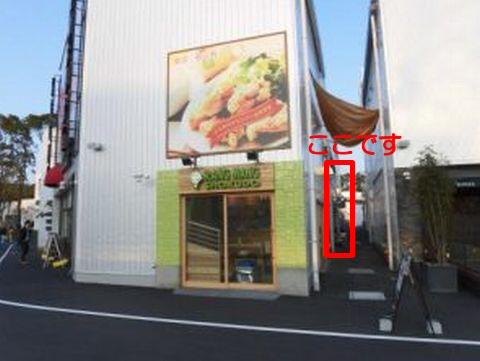 MELLOWS MEATBALL STAND(めろーずミートボールスタンド)へは「らんまん食堂」さんの右側の細い通路を通っていく必要がある
