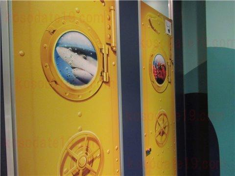 レゴランドの水族館シーライフSEALIFEのトイレ。潜水艦をイメージした作りです。トイレのドア