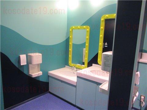 レゴランドの水族館シーライフSEALIFEのトイレ。潜水艦をイメージした作りです。トイレの鏡