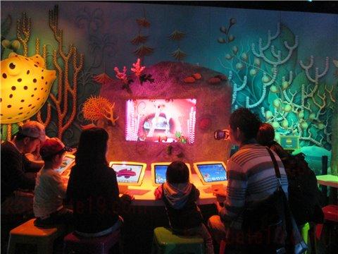 シーライフ名古屋のアメージング・クリエイション。海の生き物のイラストに色を塗って画面の水槽の中に、オリジナルの生き物を泳がせることができるゾーン。(SEALIFEレゴランドの水族館)1