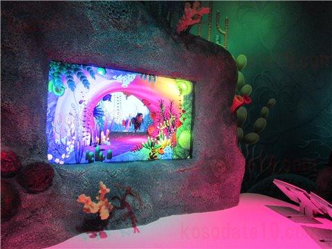 シーライフ名古屋のアメージング・クリエイション。海の生き物のイラストに色を塗って画面の水槽の中に、オリジナルの生き物を泳がせることができるゾーン。(SEALIFEレゴランドの水族館)2