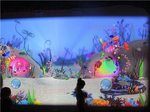 シーライフ名古屋のアメージング・クリエイション。海の生き物のイラストに色を塗って画面の水槽の中に、オリジナルの生き物を泳がせることができるゾーン。(SEALIFEレゴランドの水族館)6