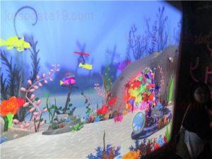 シーライフ名古屋(シーライフナゴヤ)お土産・グッズコーナーから見えるお魚お絵描きディスプレイ