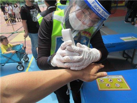 手首で体温を測り、荷物検査をします。
